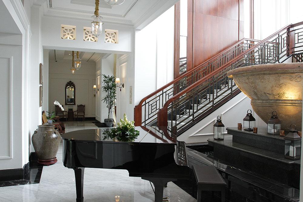 Lobi yang dilengkapi dengan piano untuk menyambut tamu.