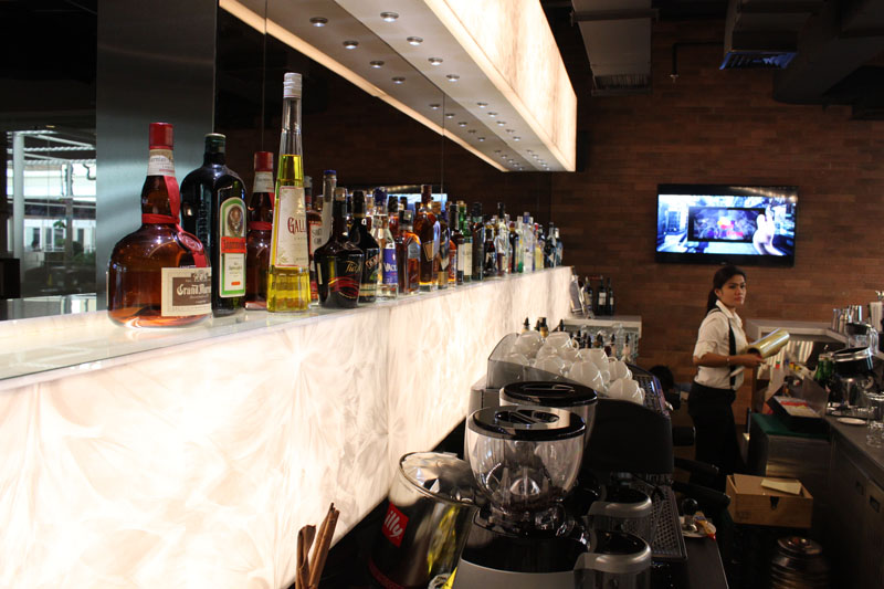 Koleksi minuman di bar cukup lengkap.