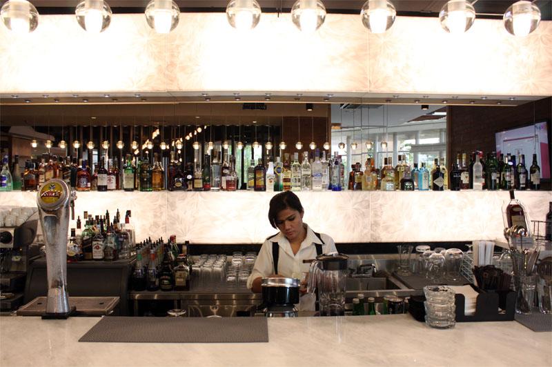 Desain bar banyak mengaplikasikan material marmer.