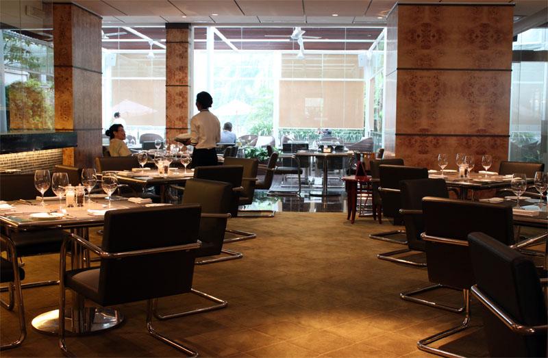 Ruang makan dengan pencahayaan temaram.
