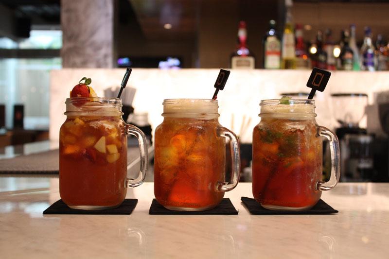 Bermacam es teh kreasi bartender. Beberapa yang layak dicoba adalah es teh sangria dan es teh mojito.