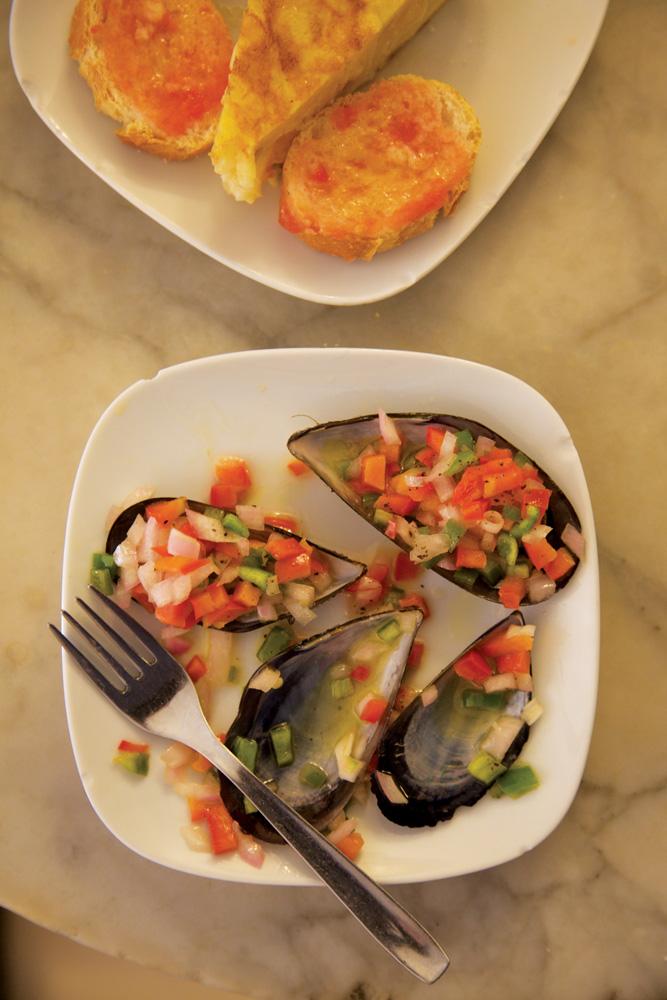 Sajian hidangan laut segar di Bar del Pi.