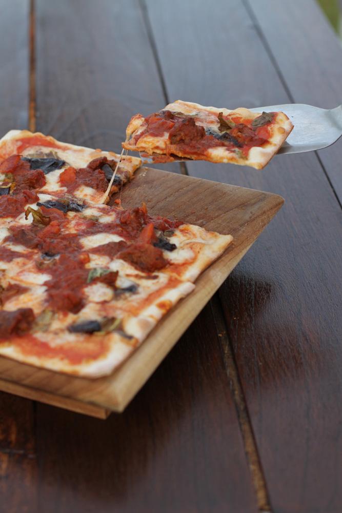 Piza daging kambing dan keju mozzarella di Slippery Stone.