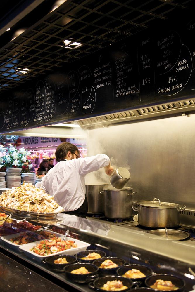 Kiosk Universal, warung di tengah pasar, membeli bahan masak di gerai terdekat.