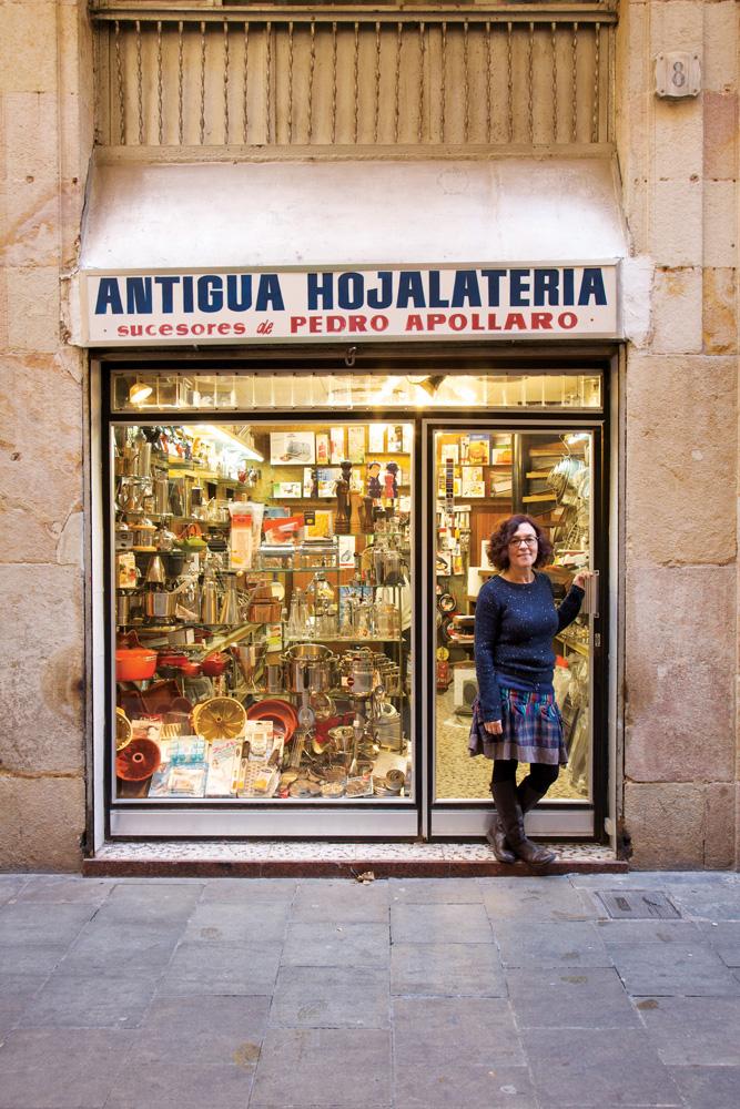 Antonia Apollaro di depan toko Antigua Hojalatería miliknya.