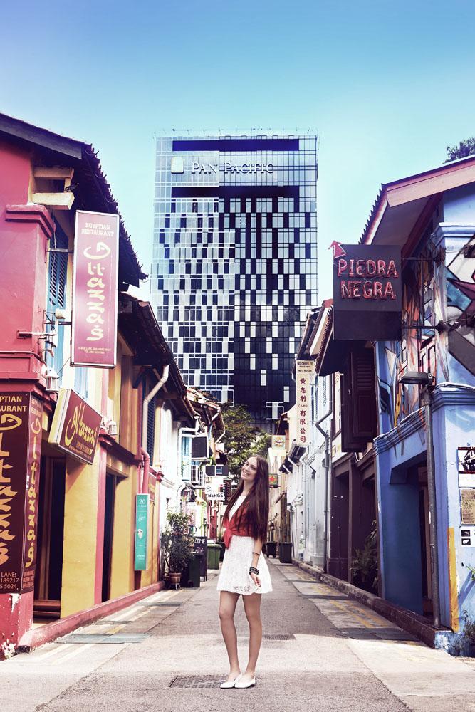 Rumah-rumah tua di Kampong Glam dengan latar belakang gedung pencakar langit.
