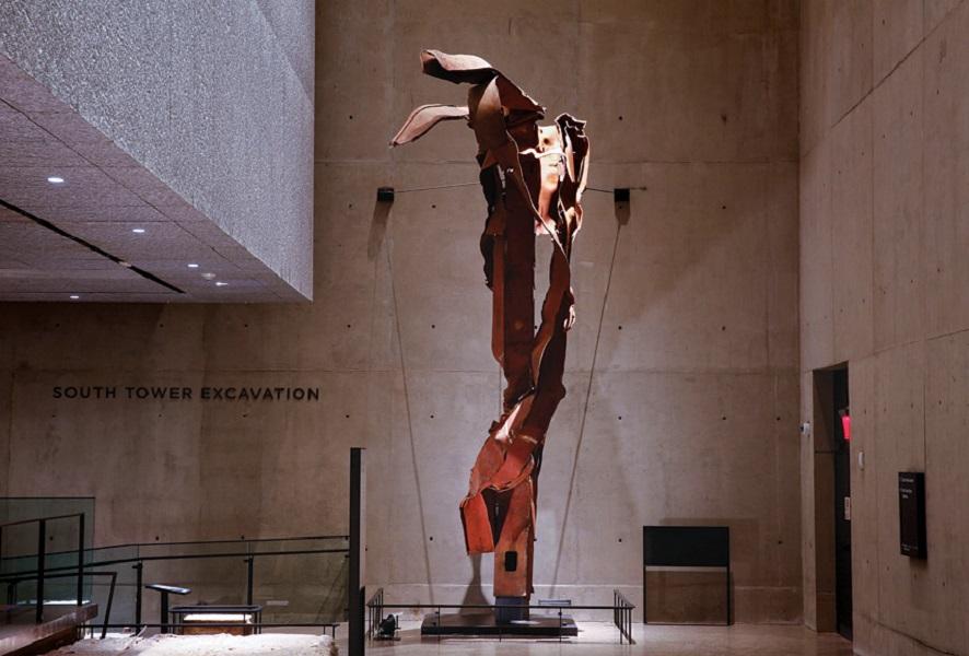 Baja bekas gedung WTC yang disulap menjadi karya seni.