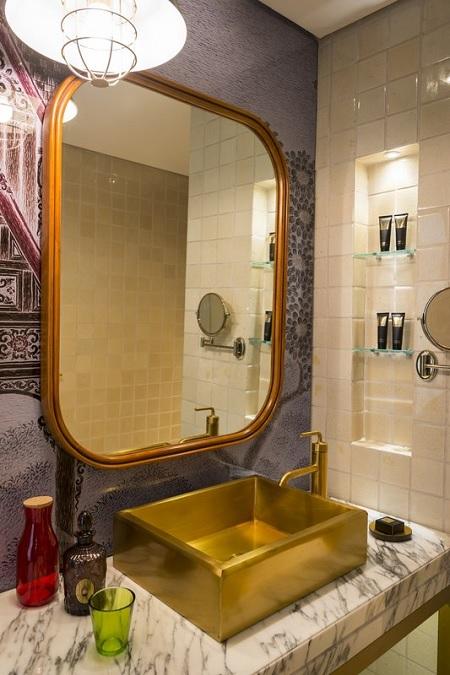Wastafel berwarna emas menambah semarak kamar.
