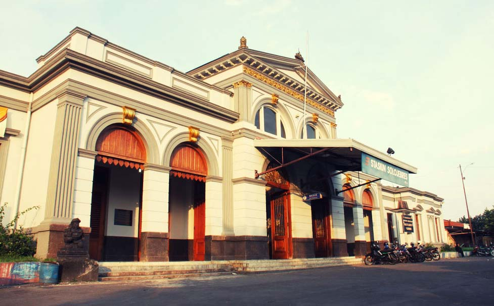 Stasiun Solo Jebres di kota Surakarta. Di Pulau Jawa, banyak stasiun-stasiun kuno yang harus dilestarikan. (Foto: PT KAI)