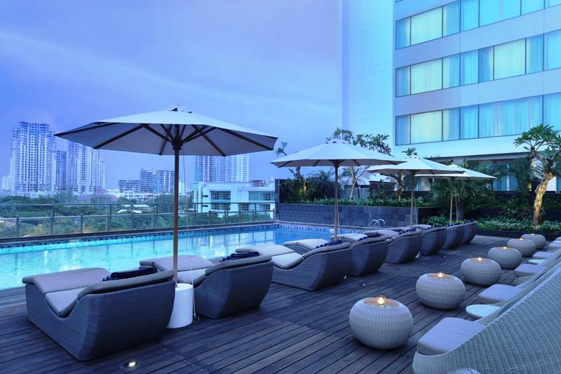 Kolam renang Holiday Inn Kemayoran dengan pemandangan lanskap kota.