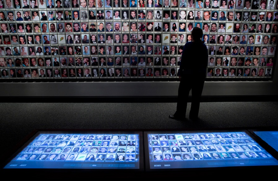 Layar interaktif yang menyediakan informasi mengenai tragedi tersebut.
