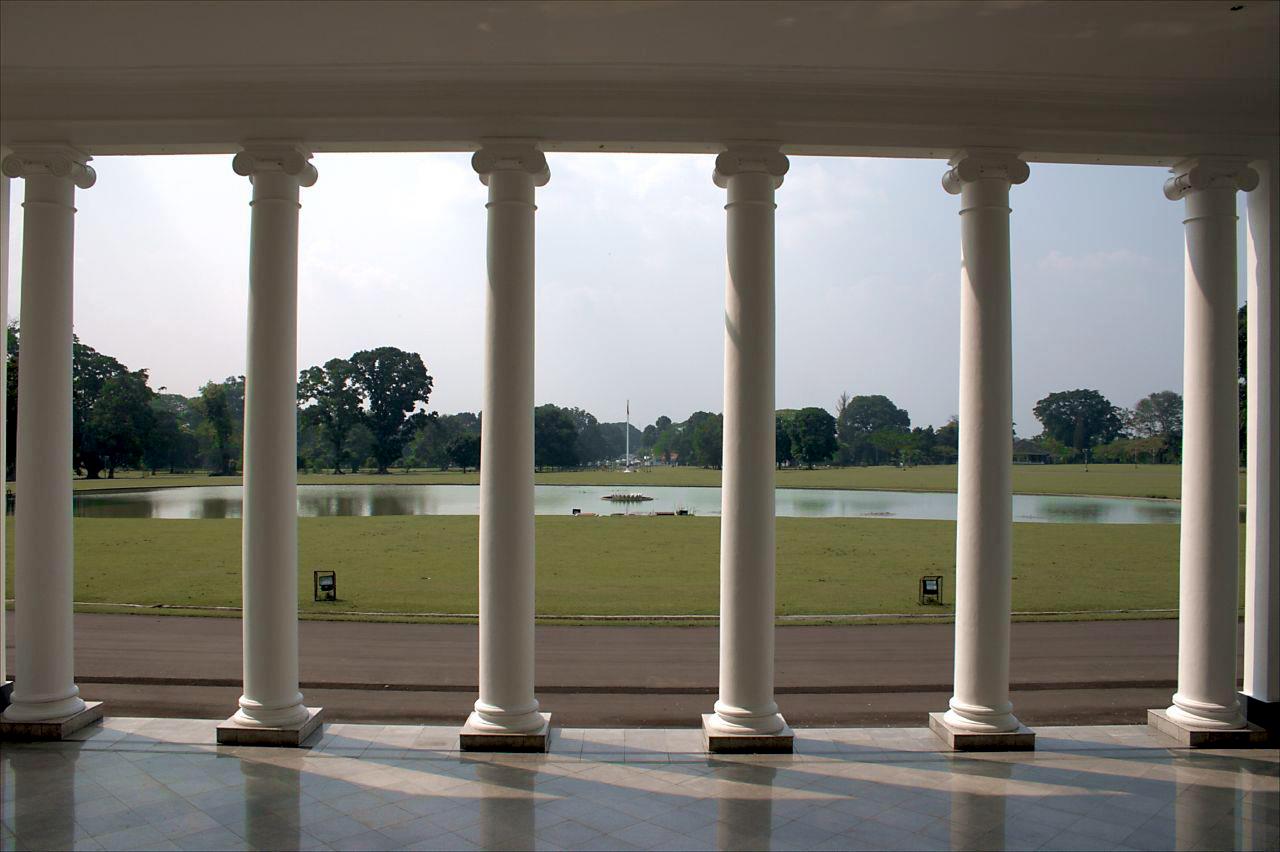 Halaman istana nampak dari salah satu teras.