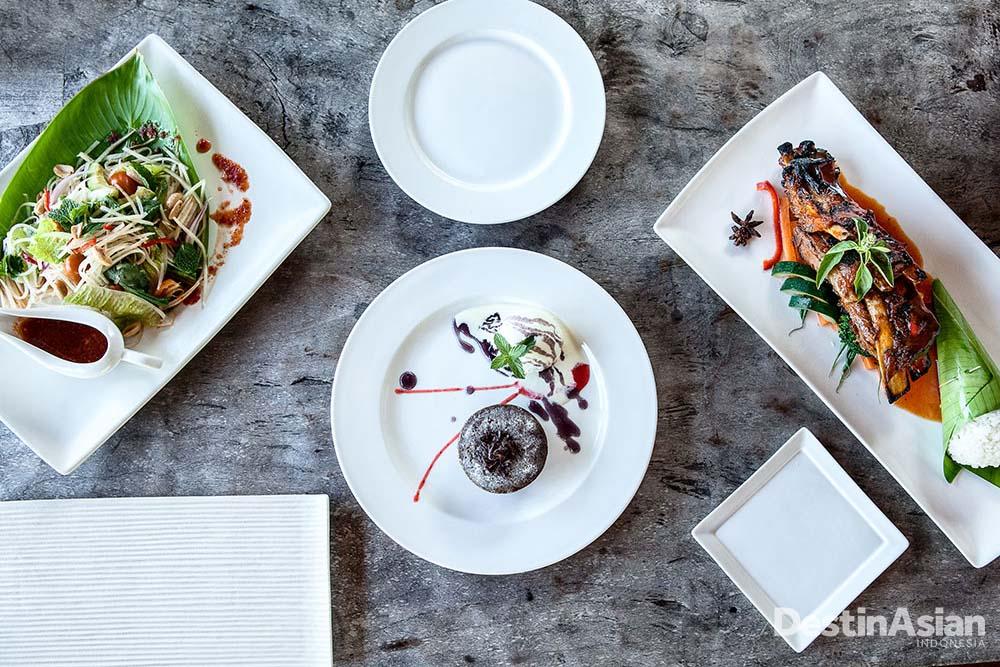 Dapur The Istana menawarkan buku menu dengan standar restoran, fenomena langka untuk vila privat.