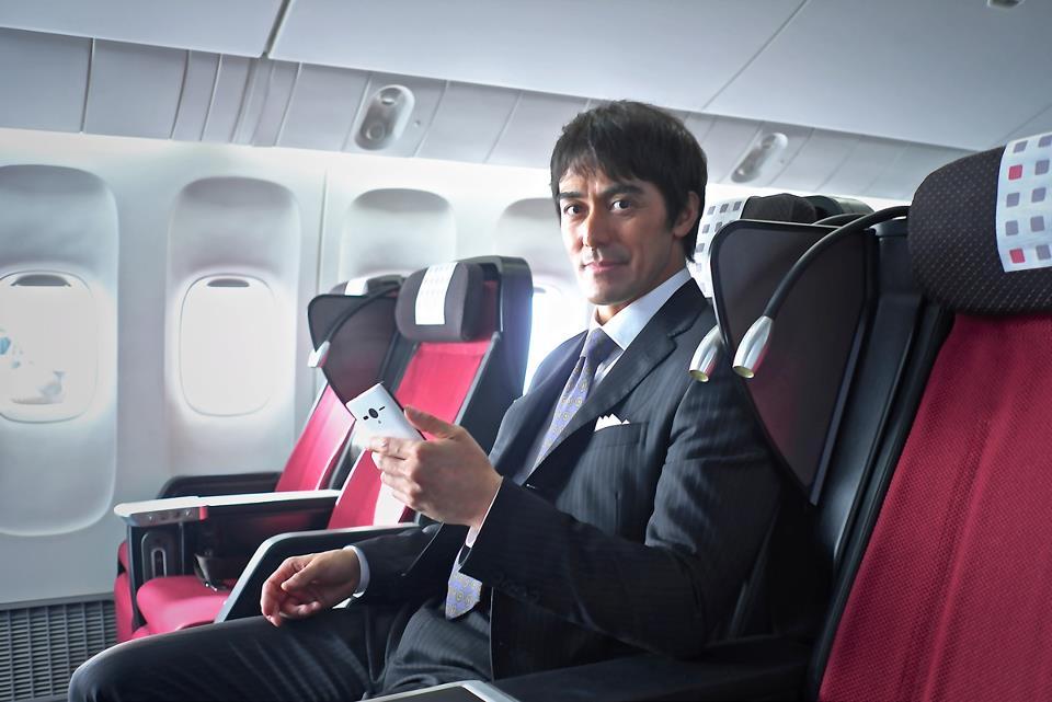 Kini koneksi WiFi tak hanya bisa dinikmati di pesawat. Cukup dengan mendaftar, penumpang JAL bisa tersambung internet gratis di darat.