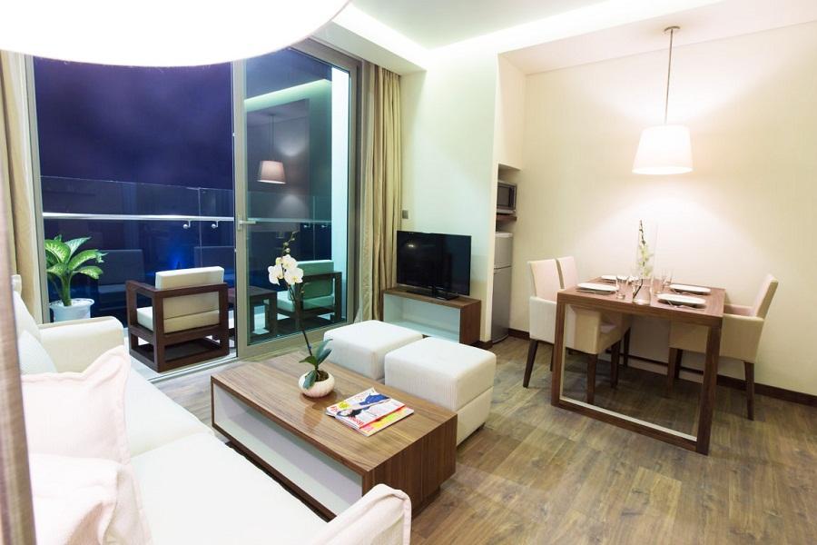 Kamar dengan ruang tamu dan dapur.
