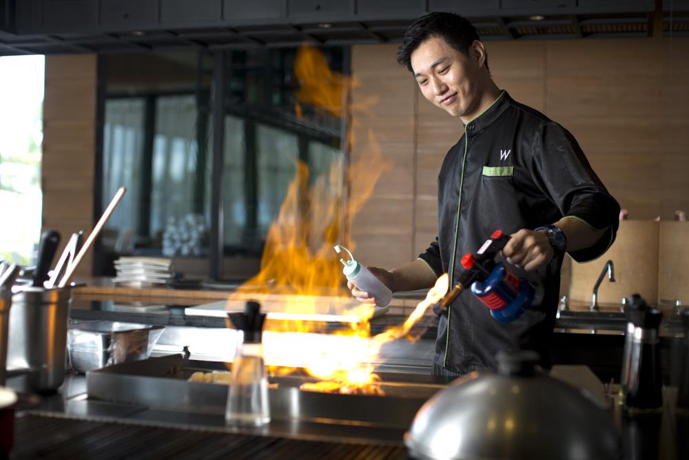 Sin Keun Choi, koki asal Korea Utara yang memimpin dapur restoran Namu.