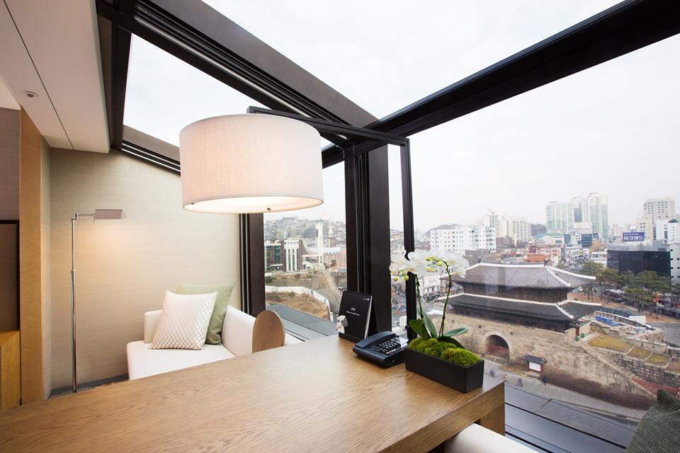 Penggunaan kaca besar memaksimalkan akses pemandangan.