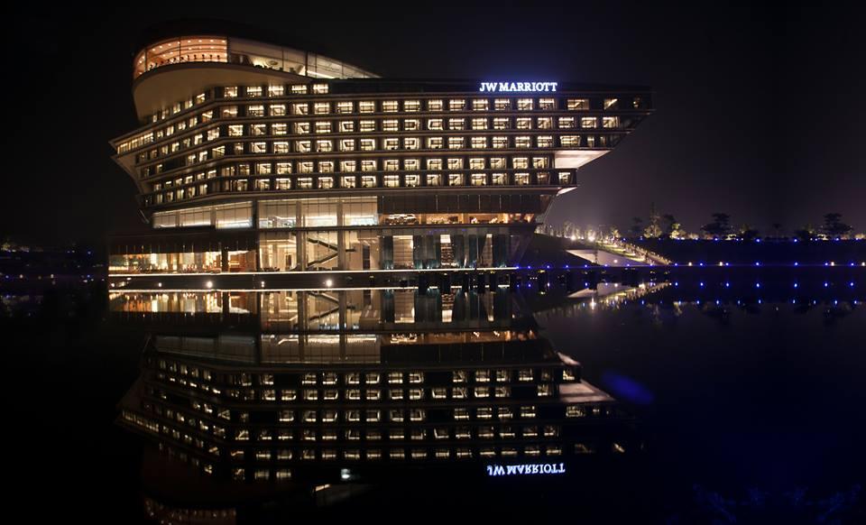 Fasad JW Marriott Hanoi di malam hari.