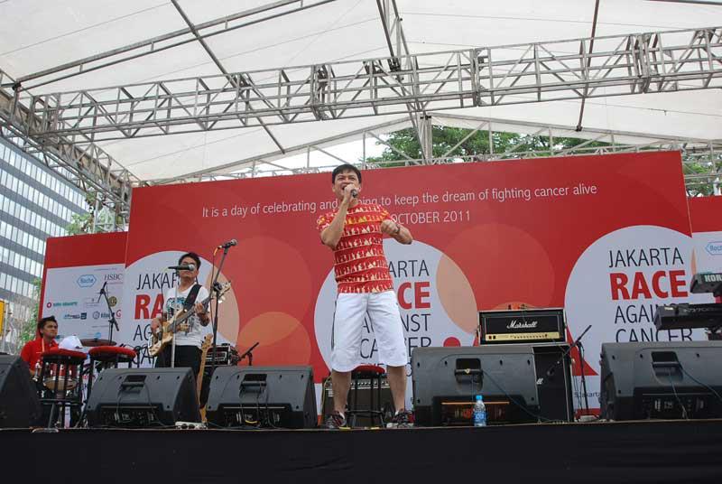 Penampilan penyanyi Hedi Yunus di Jakarta RACE 2011.