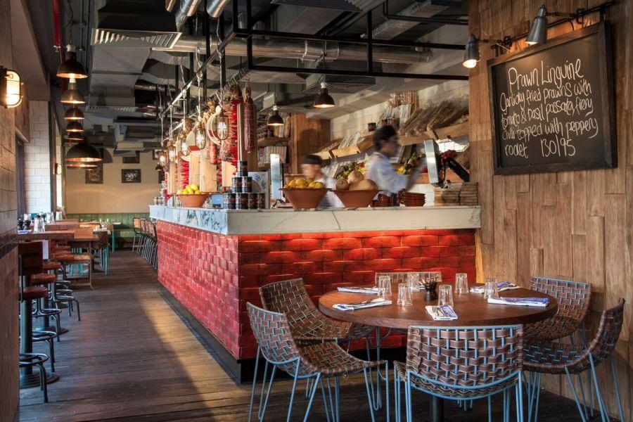 Restoran ini sanggup menampung 220 tamu di dua area terpisah.