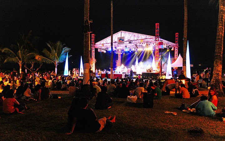 Suasana santai di pergelaran Jimbaran Bay Jazz Festival 2012.