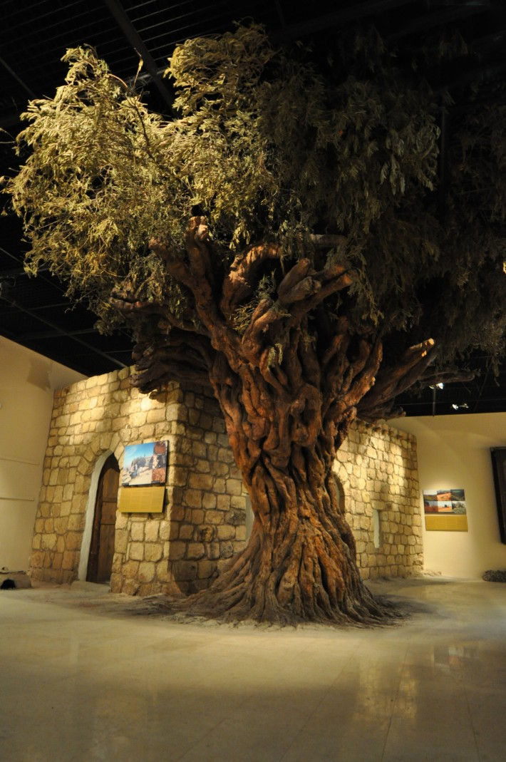Pameran lengkap dengan pohon palsu demi memperlihatkan keaslian kehidupan masyarakat Yordania.