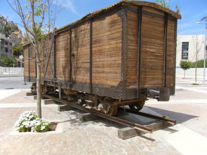 Gerbong kereta kuno di halaman Museum of Jordan.