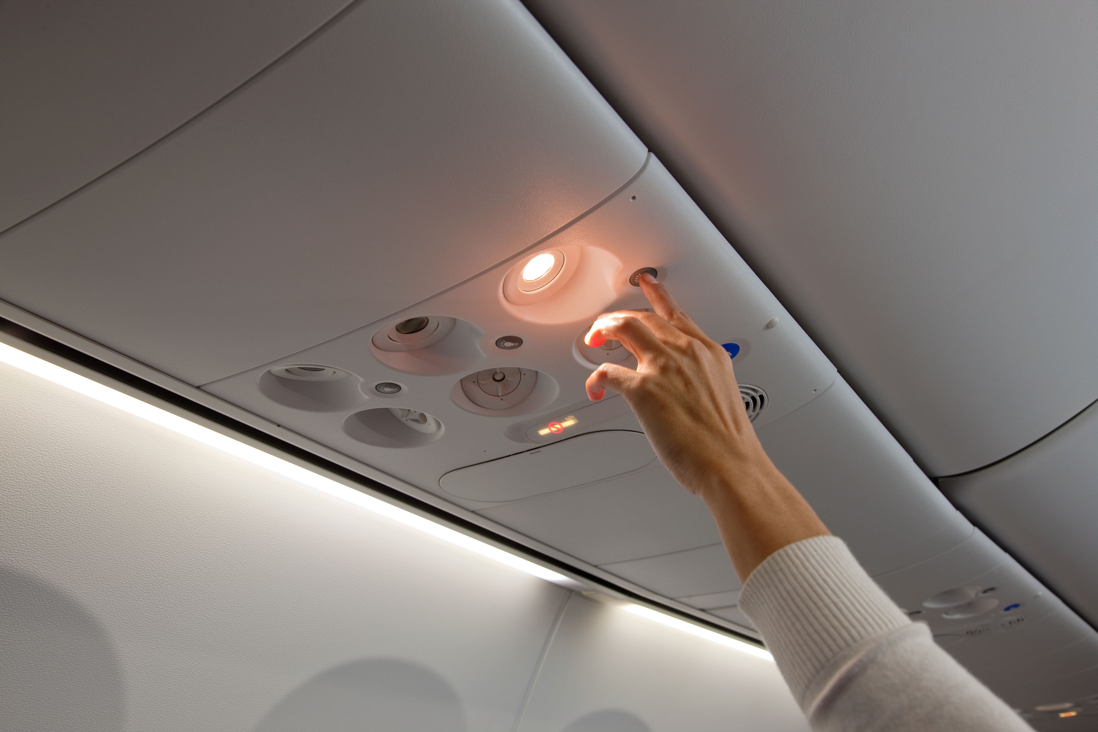 Tombol untuk mengaktifkan lampu baca kini dibuat berjarak dengan tombol pemanggil kru udara.