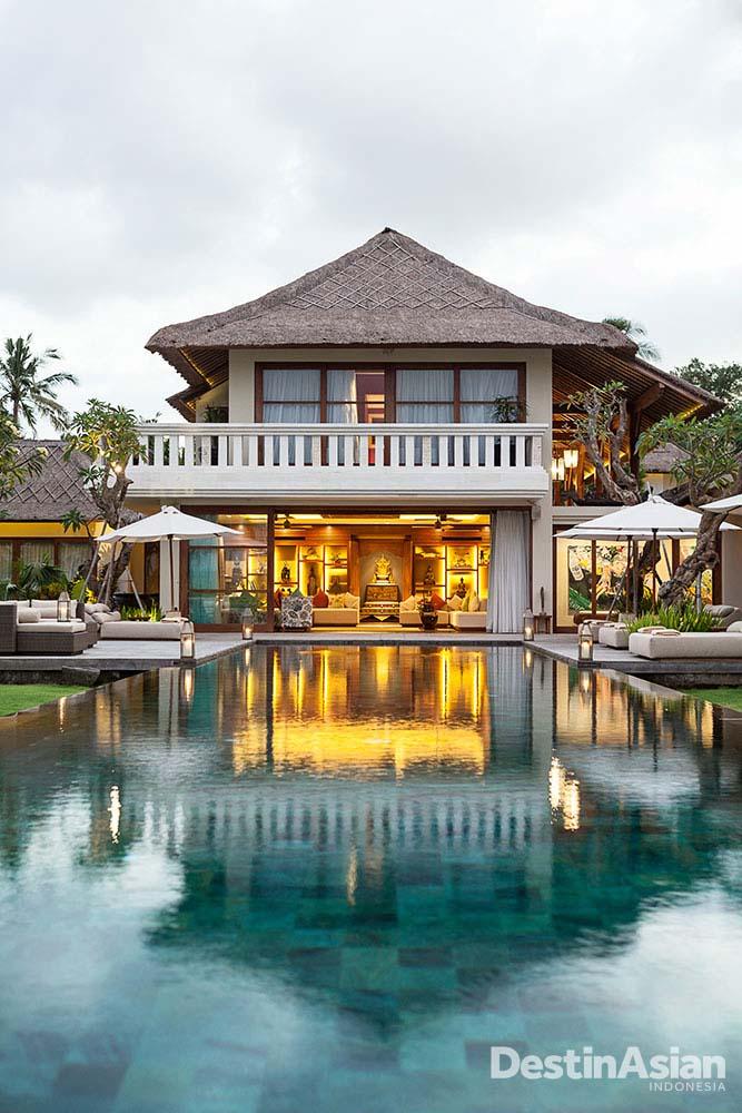 Kolam renang luas di Kaba Kaba Estate menatap area pesta dan persawahan.