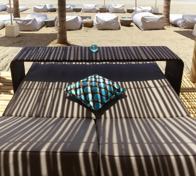 Salah satu lazy lounge bed menghadap beberapa sun bed untuk menikmati koktail sambil berjemur.