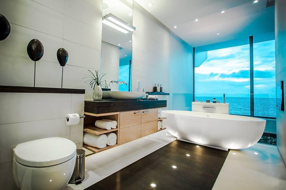 Kamar mandi dilengkapi bathtub dan pancuran terpisah.