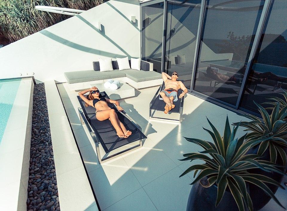 Masing-masing vila dilengkapi kolam privat bergaya infinity.