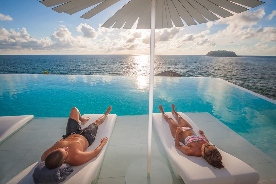 Menikmati kolam sepanjang 35 meter dengan pemandangan memikat khas Phuket.