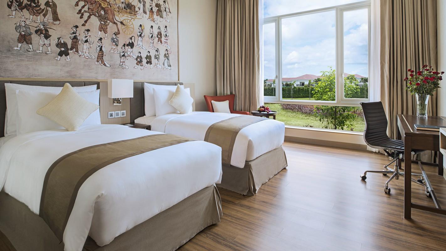 Masing-masing kamarnya dibangun dengan langit-langit tinggi dan jendela berukuran raksasa.