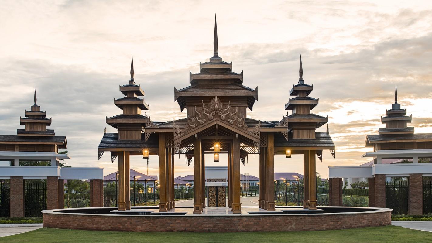 Fasad hotelnya pun mengadopsi gaya tradisional Myanmar.