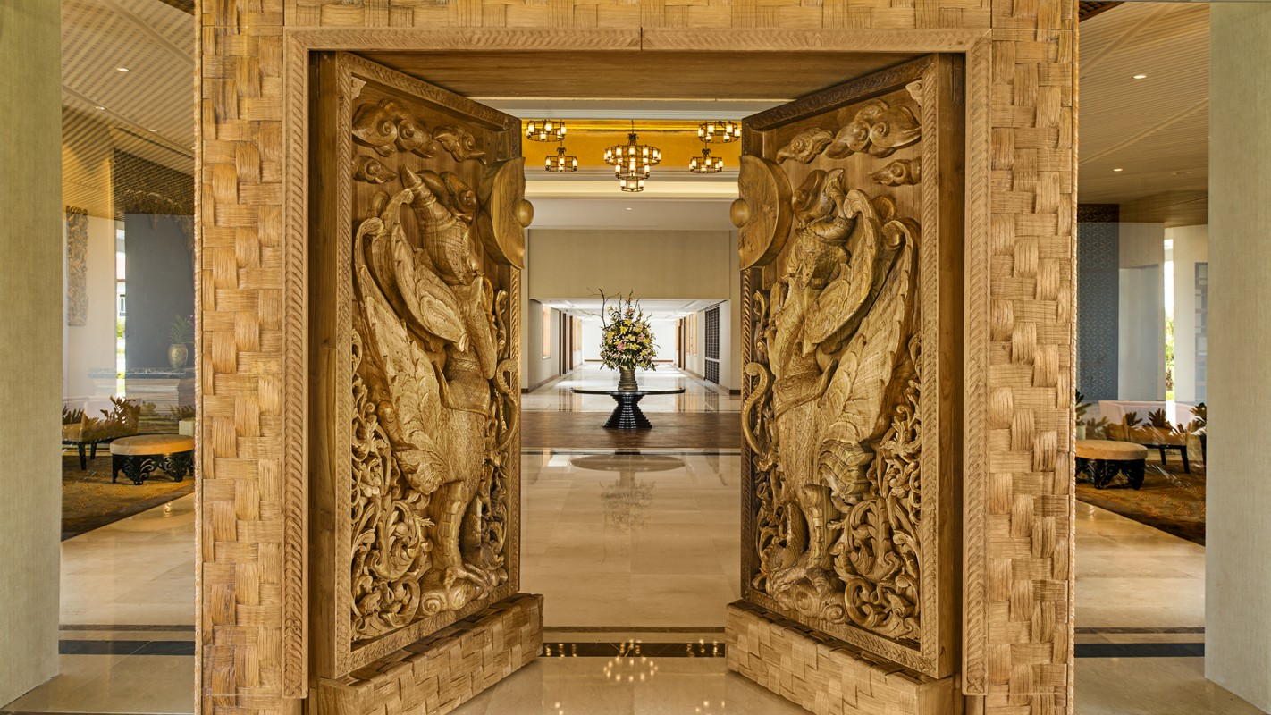 Pintu di lobi yang dihiasi ukiran masif.