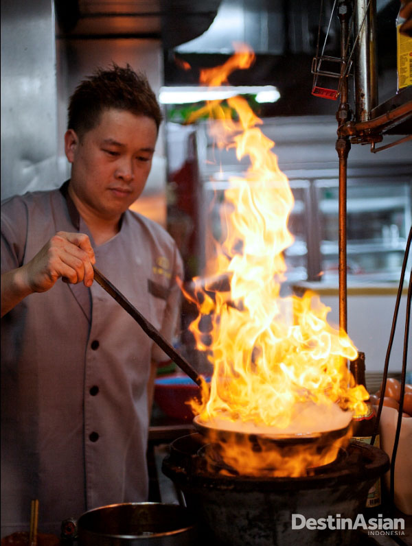 Keng Eng Kee Seafood menyajikan hidangan laut segar dengan berbagai gaya penyajian.