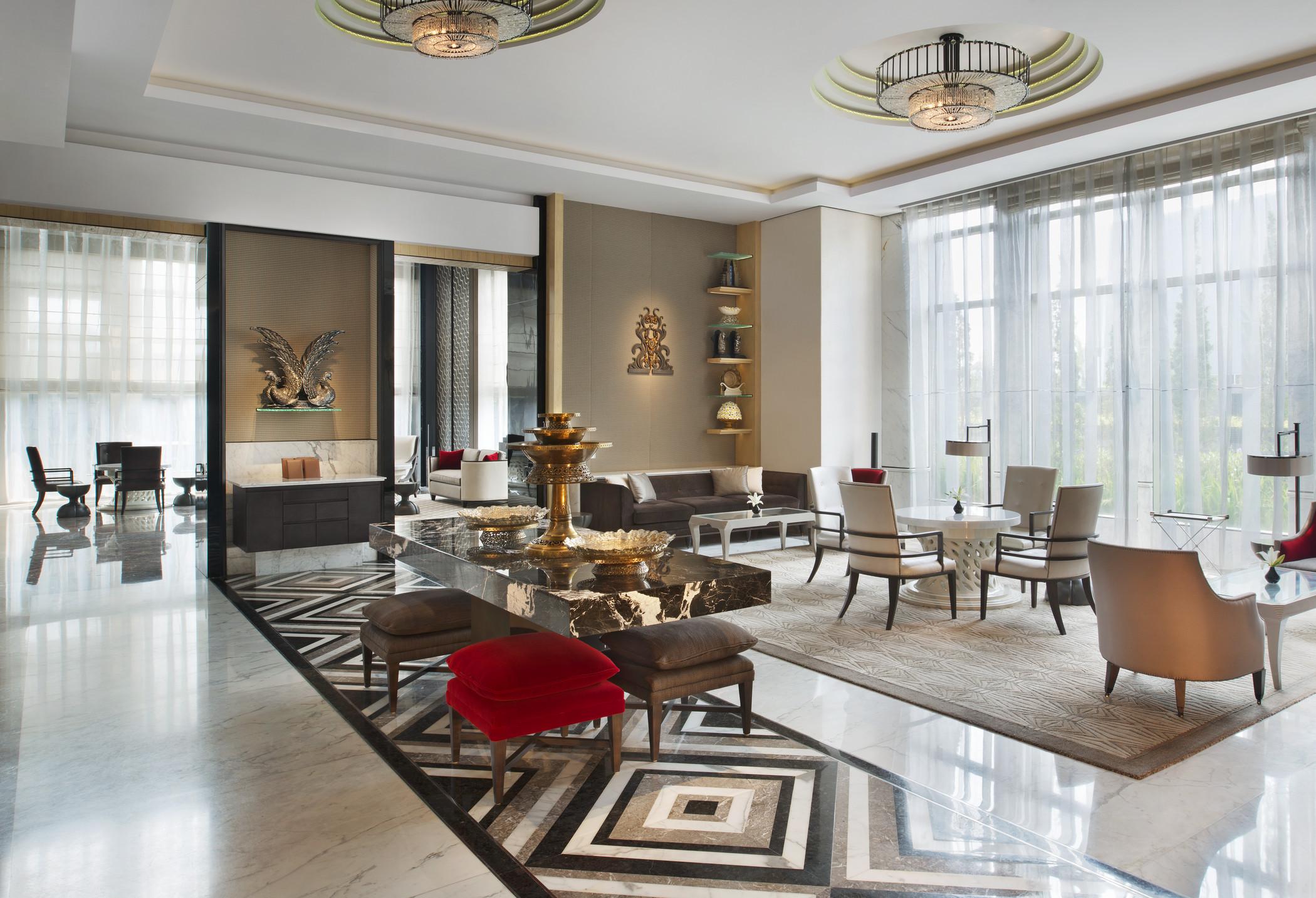 Suasana Keraton Lounge yang mirip ruang tamu di rumah.