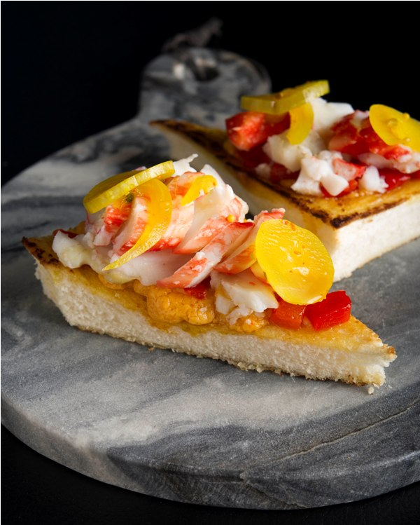 Hidangan king crab dengan keju pimento.