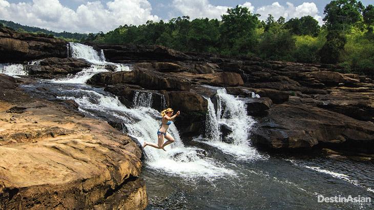Seorang turis melompat dari tebing di dekat 4 Rivers Floating Lodge, penginapan termewah di Koh Kong.