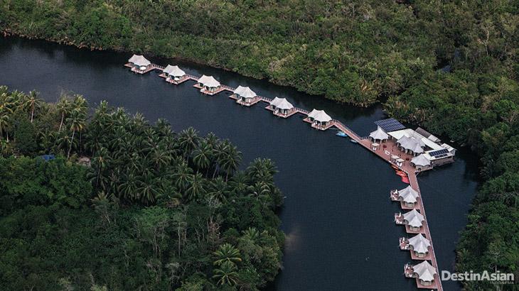 Resor 4 Rivers Floating Lodge dibangun di atas sungai.