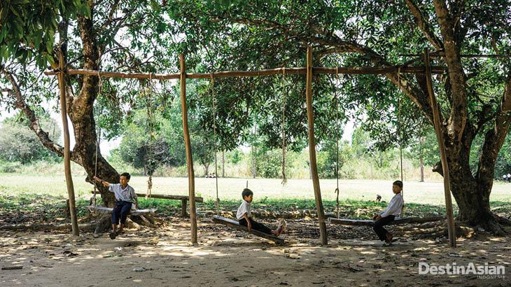 Sejumlah siswa di desa nelayan Koh Solao sedang menikmati waktu istirahat di halaman sekolah.