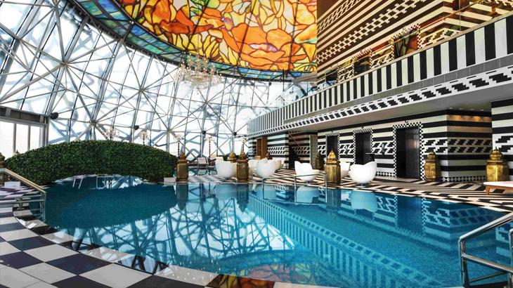 Kolase Mozaik yang menghiasi langit-langit Mondrian Doha Hotel.