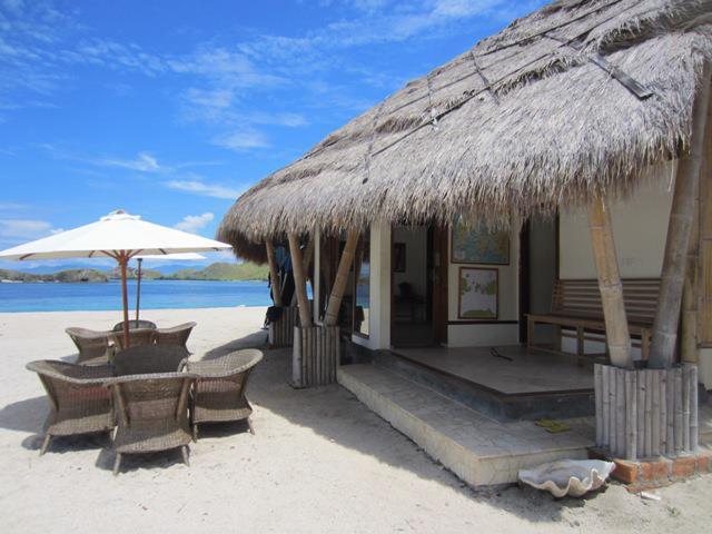 Cottage di Komodo Resort dengan pantai berpasir putih.