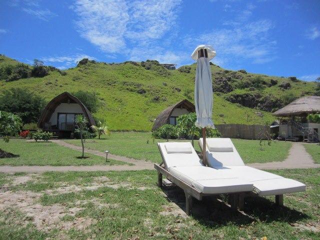 Bungalo di Komodo Resort dengan latar belakang perbukitan.