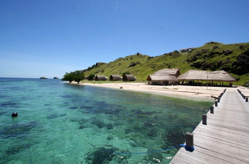 Komodo Resort langsung menghadap pantai berair jernih dan pasir putih.
