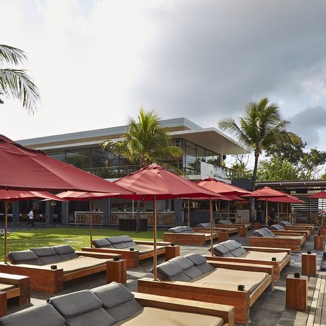 Tempat bersantai di tepi pantai di Ku De Ta Bali.