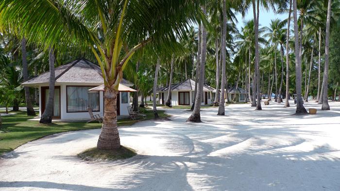Akomodasi tipe Bungalow di Kura Kura Resort di Karimunjawa yang bersentuhan langsung dengan pantai. (Foto: Kura Kura Resort)