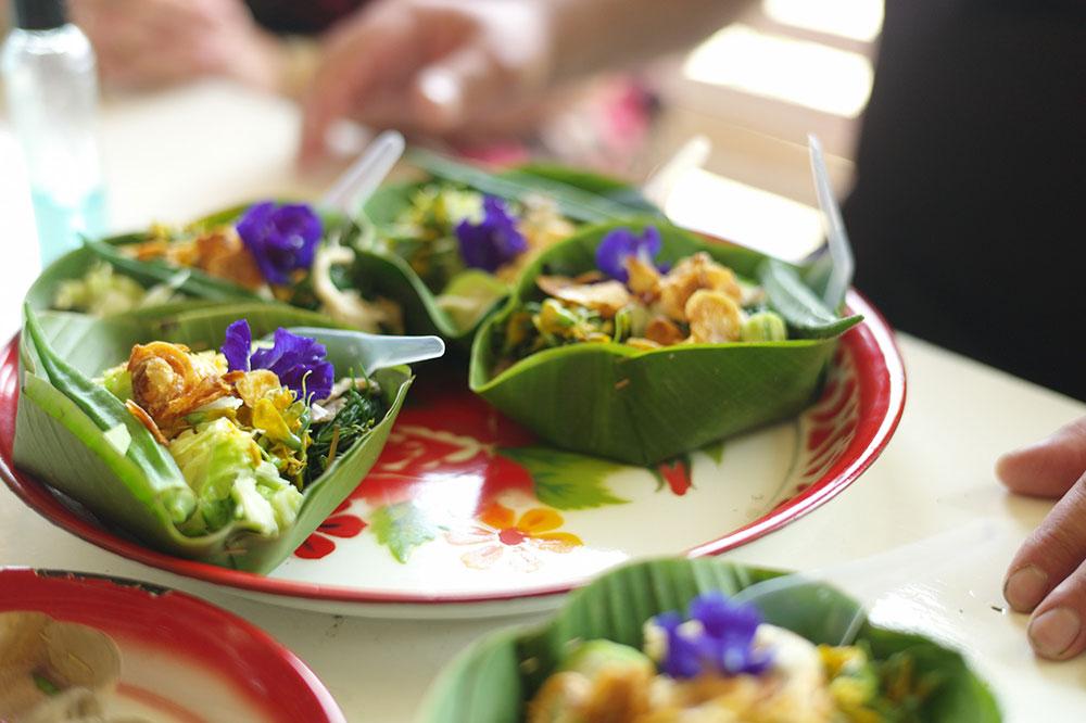 Tak hanya ke restoran atau kafe, Bangkok Food Tours juga membawa tamu ke warung-warung.