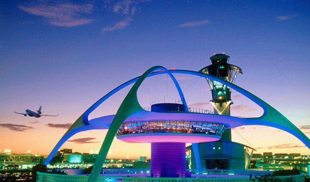 Bandara Internasional Los Angeles yang terlihat futuristik.